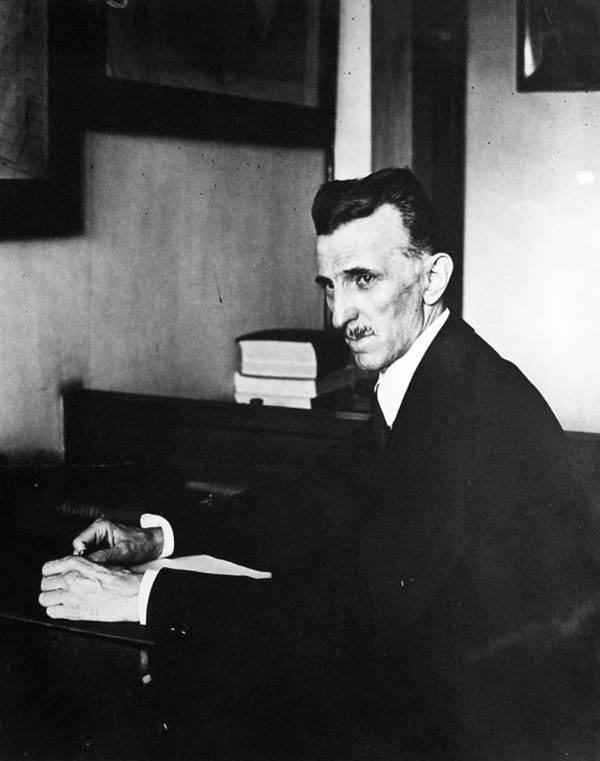 Nikola Tesla fotografiado trabajando en su oficina en 8 West 40th Street.  La imagen fue tomada en 1916.