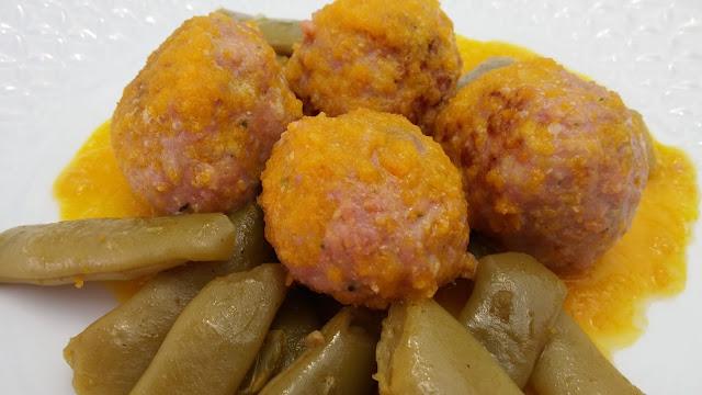 Albóndigas en cama de judías y salsa de zanahoria