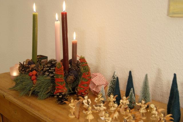 Adventskranz und Zapfen dekoriert