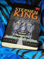 http://villasukkakirjahyllyssa.blogspot.fi/2013/04/stephen-king-maantievirus-matkalla.html