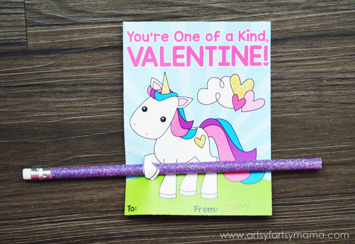 Free Printable Unicorn Valentines at artsyfartsymama.com #ValentinesDay #Unicorn