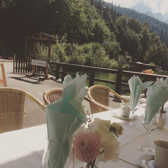 Kaffeetafeln - Wasserfarben-Hochzeit am See, Graugrün, Mint, Aqua, Blau, Grün, Riessersee Hotel Garmisch-Partenkirchen, Bayern, Lake side summer wedding Aqua, Green, Blue, grey colour scheme