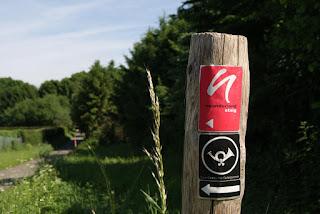 Neanderlandsteig Wegezeichen an einem Holfpfahl