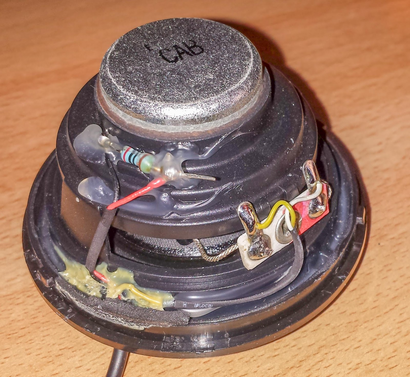 black and red wire are connected to a 200k ohm resistor a 5 band one red black black orange brown this is probably used by the notebook to detect  [ 1600 x 1470 Pixel ]