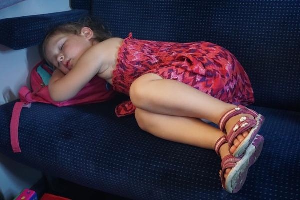 Zosia śpi w pociągu