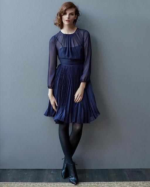 Девушка в синем платье плиссе и тонких черных колготках