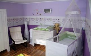 Cuarto de bebé en blanco y violeta