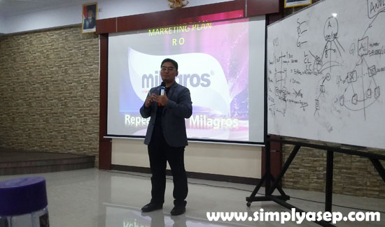 PRESENTASI : Dede Rahmat Hidayat, Director MILAGROS INDONESIA sedang memaparkan Marketing Plan Milagros kepada para peserta Meet and Greet 2019 di Aula Magister Hukum UNTAN Pontianak (6/4). Foto Asep Haryono