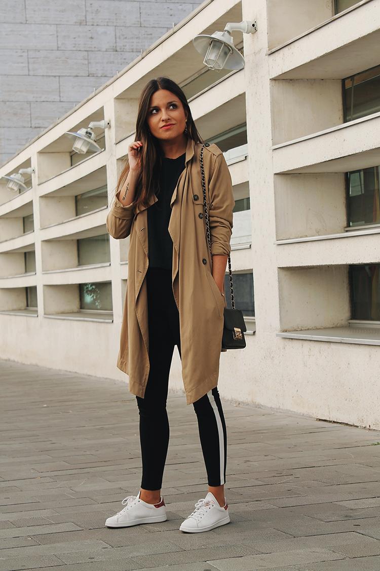 Outfit con trench, leggins banda zara y zapatillas