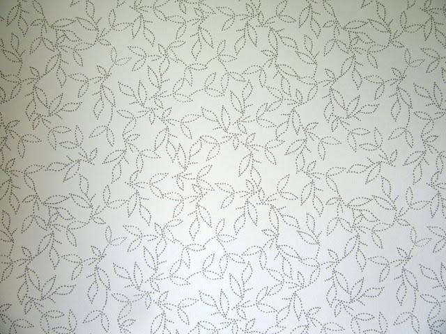 biała tapeta w kwiaty