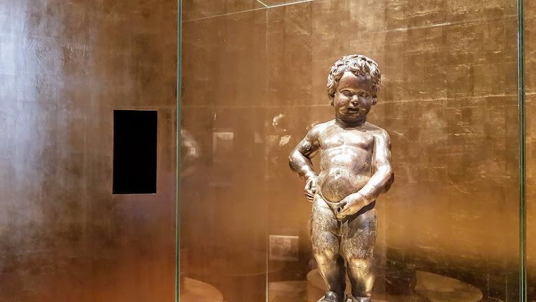 在博物館內的小童真藏