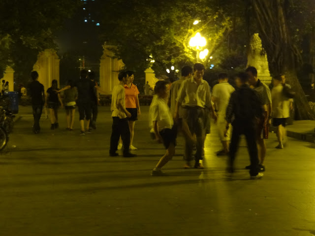 Jugando a la pelota en el parque Renmin de Guangzhou