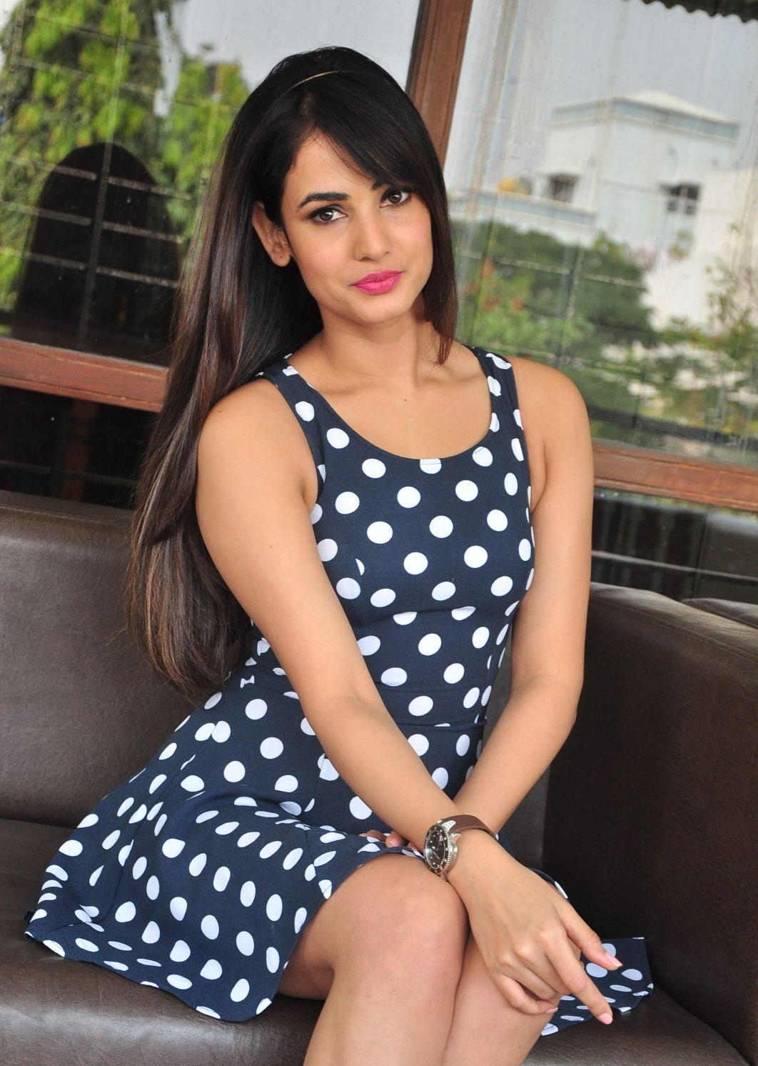 Sonal Chauhan Looks Irresistibly Sexy In A Black Polka Dot -5071
