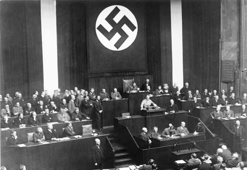 Ο  Αδόλφος Χίτλερ κατά τη διάρκεια της μεγάλης ομιλία του για την Πράξη Ενεργοποίησης στο νέο Ράιχσταγκ.