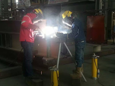 profesional woman welder