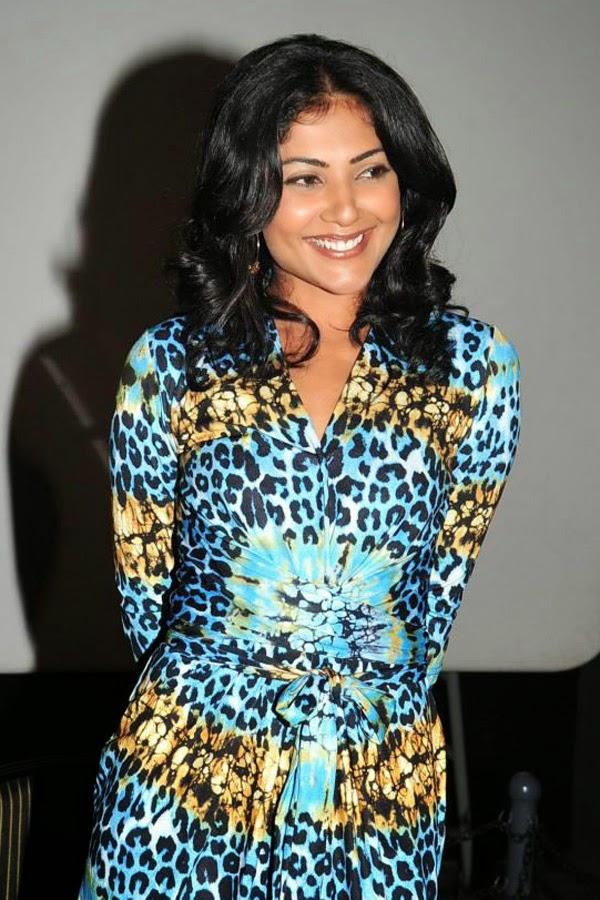 Kamalini mukherjee deep cleavage show intentionally - 1 2