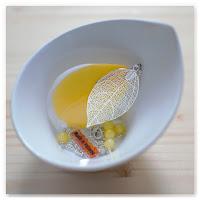 sautoir feuille plume jaune