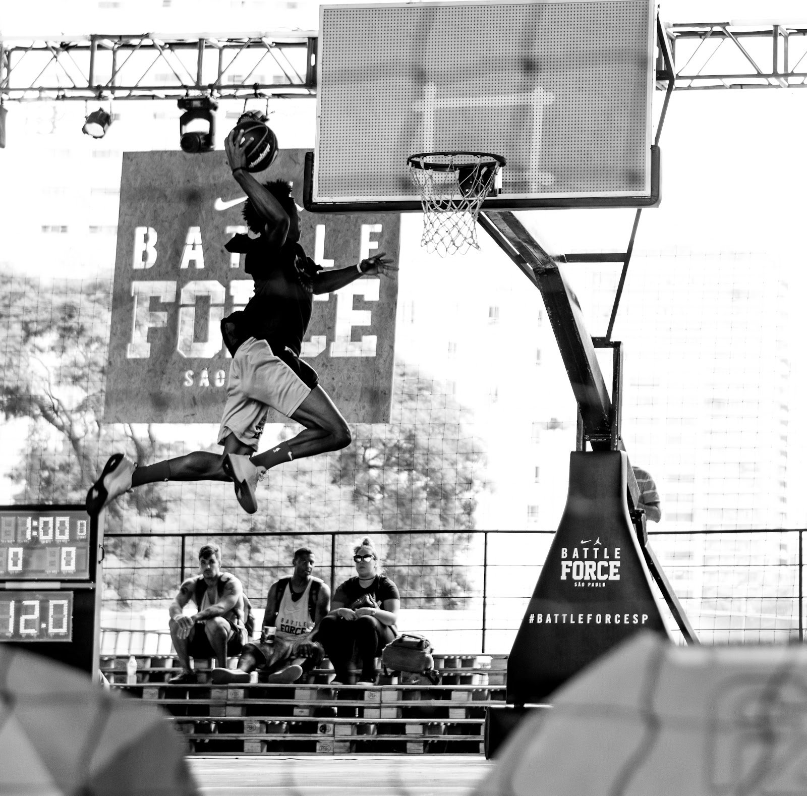 Pria sedang melakukan dunk di kompetisi basket