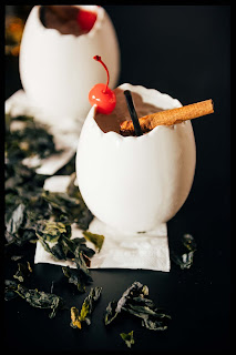 barman in red cocteleria