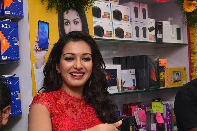 Catherine Tresa Launches B New Mobile Store in Guntur