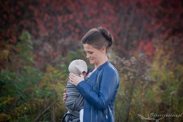 chustonoszenie, rodzicielstwo bliskości, spacer z chustą