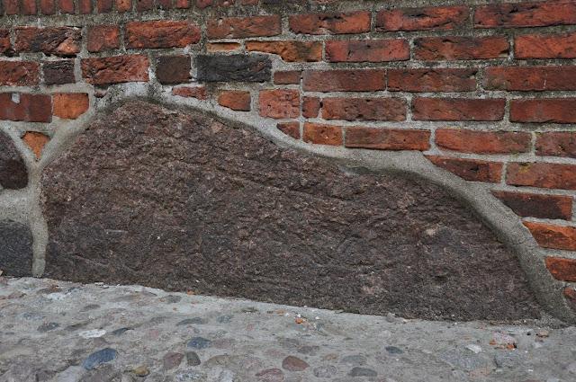 Drugi wmurowany w świątynie kamień przedstawiający słowiańskiego boga Jarowita w Wołogoszczy