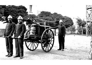 pompiers avec pompe a bras 1900
