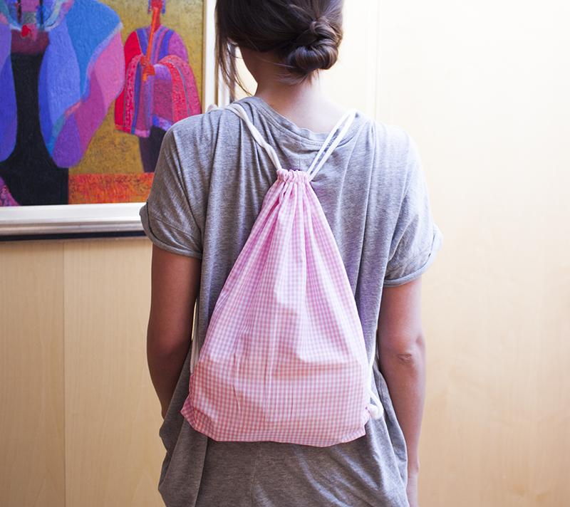 00cdbd669d Una mochilita de tela con cierre corredizo para llevar vuestras cosas bien  guardadas y tener las manos libres para disfrutar el momento.