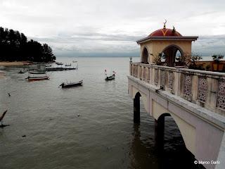 MEZQUITA FLOTANTE MASJID TERAPUNG. PENANG, MALASIA