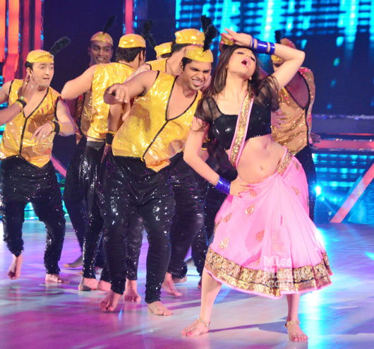 Drashti Dhami Hot navel showing Images