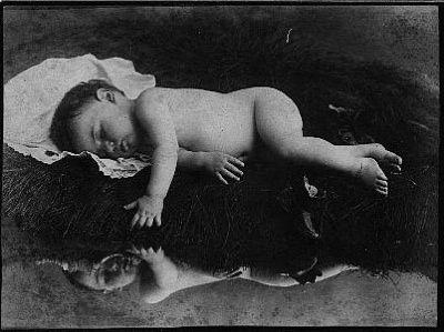 foto bersama seorang bayi yang telah meninggal dunia