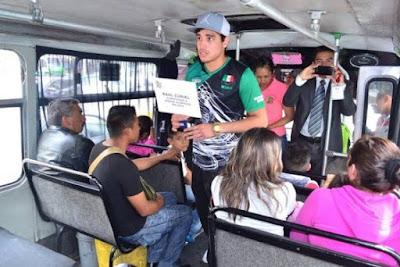 Boxeador Raúl Curiel botea en camiones de la Ciudad de México para poder competir en Qatar en 2015.Federación Mexicana de Boxeo
