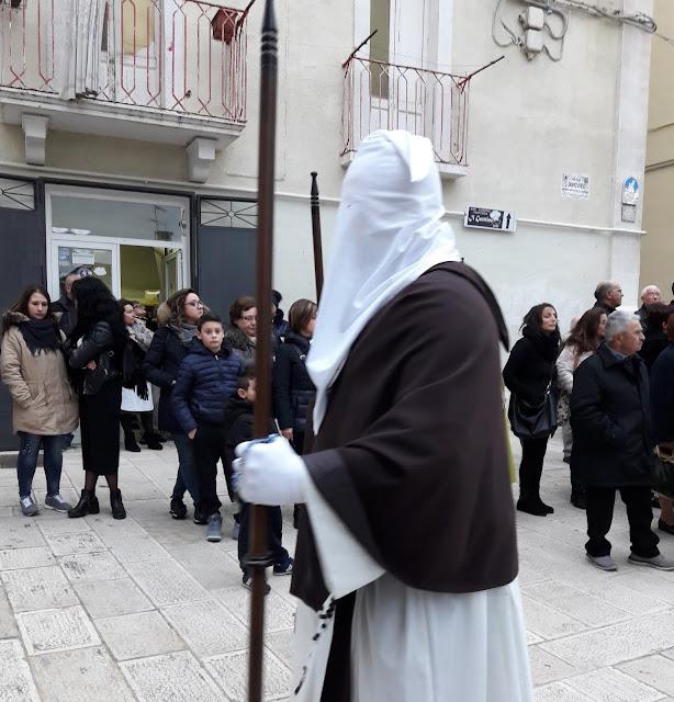 I confratelli della processione dei Misteri a Castellaneta