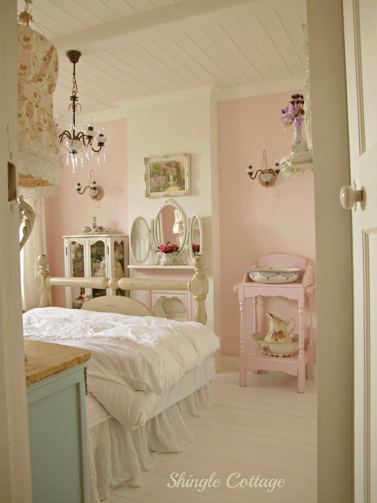 Shingle cottage romantic cottage bedroom for Chambre a coucher vintage
