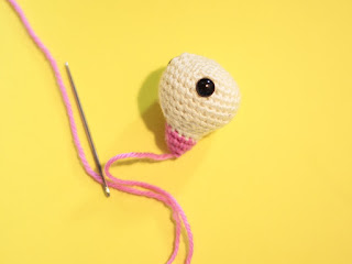 Detail of how to crochet the Amigurumi cherry blossom