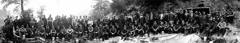 """Photographie panoramique de mineurs à Longacre en Virginie-Occidentale vers 1920 par Rufus E. """"Red"""" Ribble"""
