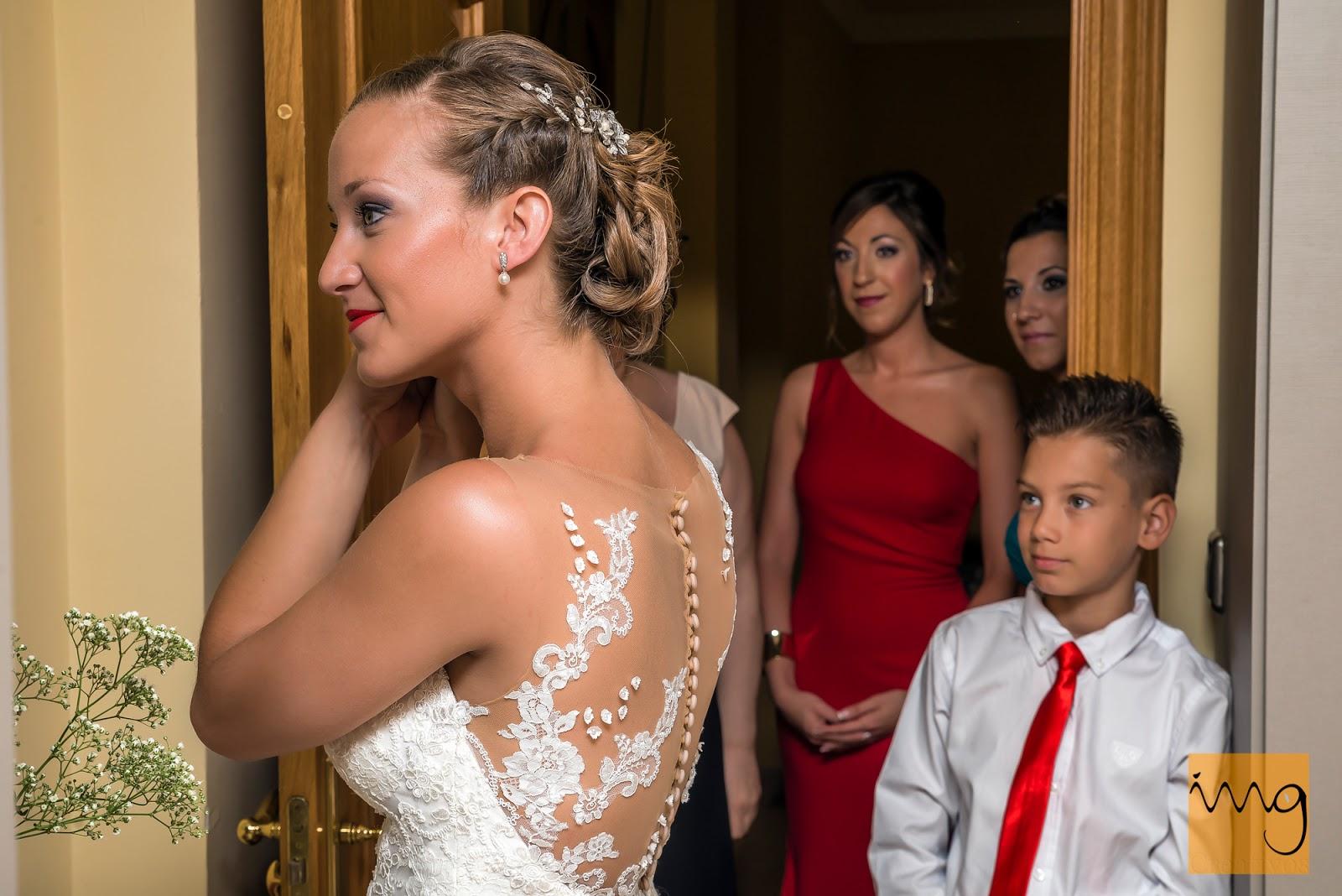 Fotografía de la familia de la novia el cotilleando el día de su boda.