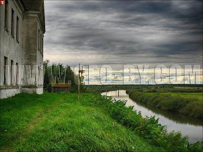 Любча. Здание УПК на месте замковой стены, река Неман