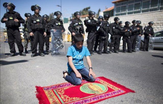 Allahu Akbar!! Bocah Palestina Ini Sholat Di Depan Tentara Israel