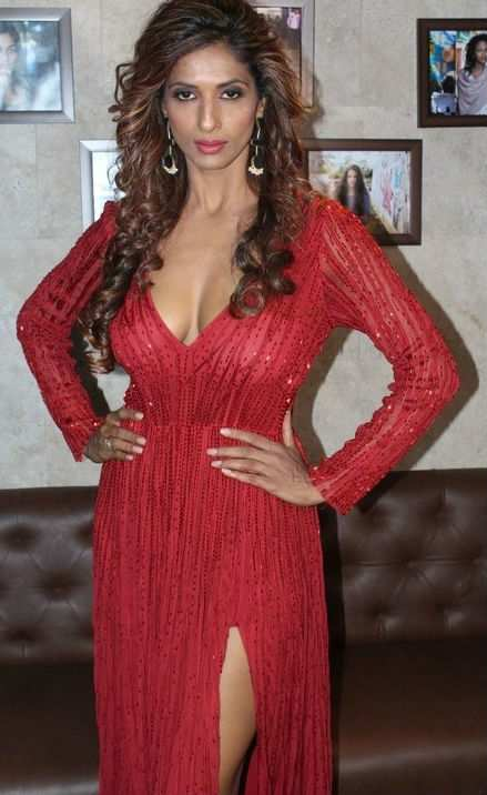 Sandhya Shetty Flaunts Her Sexy Cleavage Photos