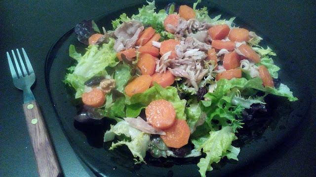 Ensalada para aprovechar la zanahoria y el pollo del caldo.