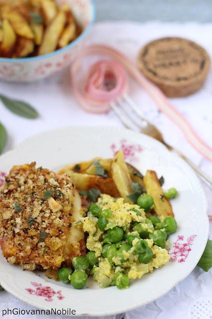 Cotoletta di tacchino e scamorza, con patate al forno e piselli con le uova