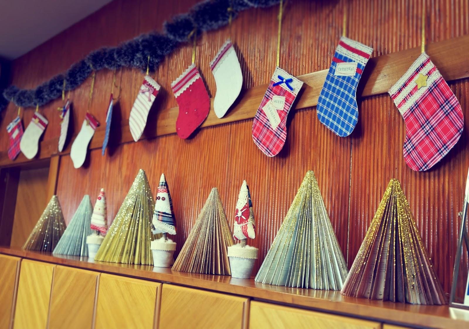Lelleco Navidad: guirnalda de calcetines y árboles de Navidad decorativos
