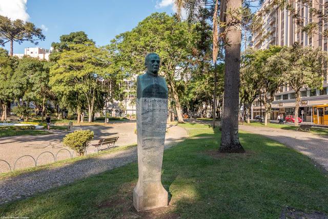 Herma com busto do Padre Ildefonso X. Ferreira, na Santos Andrade