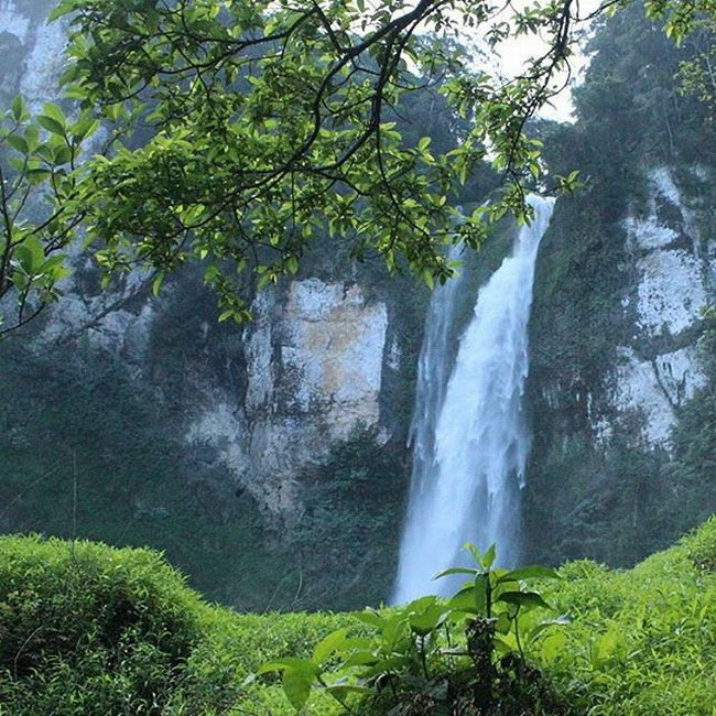 Xvlor Manupeu Tanah Daru National Park explores waterfalls on island of savannas