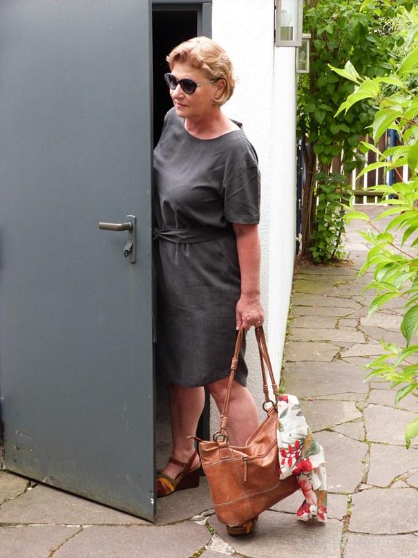 Dunkelgrünes Sommerkleid mit Gürtel