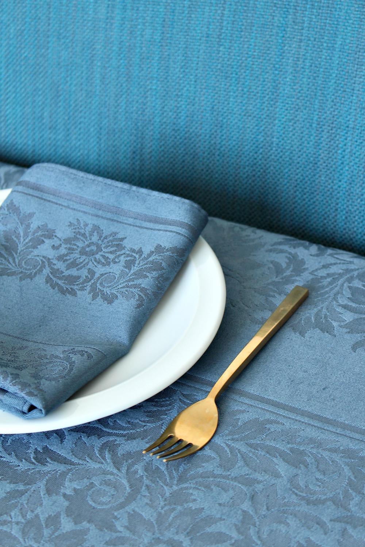 Pretty DIY dyed blue/grey table linens // @danslelakehouse