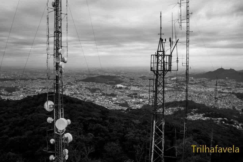 """Imagem 9: """"de cima"""" do elevado das Torres Parque Taipas com Pico do Jaraguá no horizonte. Foto: Rogério Sousa Silva para o projeto TrilhaFavela"""