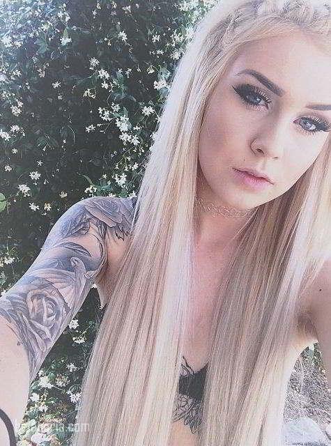 Imagen de la modelo tatuada  josephine nicole, lleva tatuajes de palomas y rosas