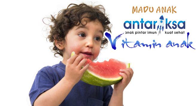 Anak Memakan Buah Semangka dan  Madu Antariksa
